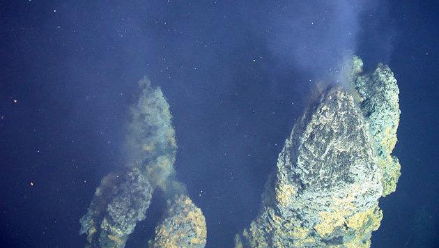 Zwei hydrothermale Schlotte in der Tiefsee (Bild: NOAA)