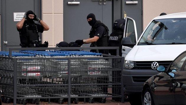 Spezialkräfte der Berliner Polizei vor dem Einkaufszentrum (Bild: EPA)