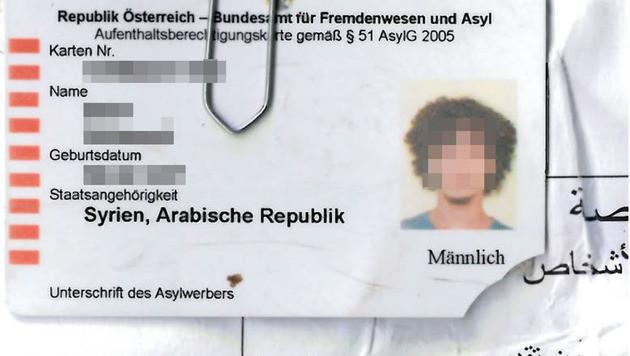 """Die Asylkarte mit abgebrochener Ecke gehört dem Verdächtigen mit dem """"Wuschelkopf"""". (Bild: Polizei)"""