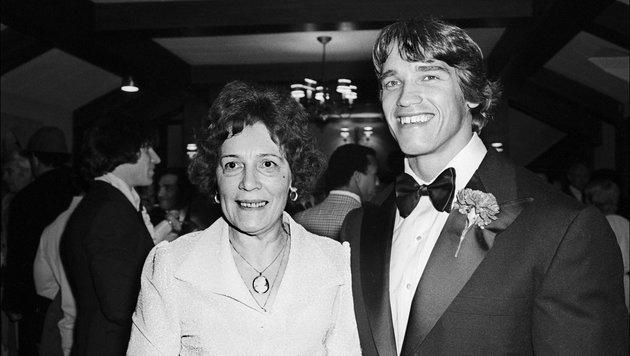 """Jänner 1977, New York: Arnold Schwarzenegger mit seiner Mutter bei der Premiere von """"Pumping Iron"""". (Bild: Viennareport)"""