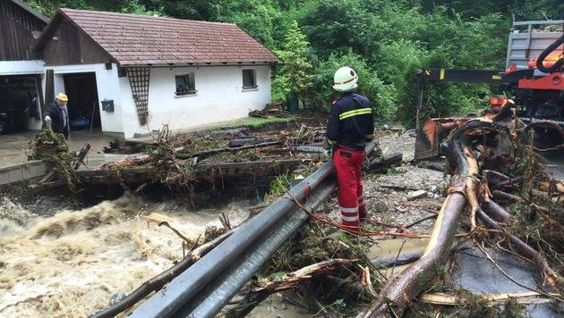 Kräfte der Feuerwehr im Einsatz im Raum Gaming in Niederösterreich (Bild: APA/EINSATZDOKU.AT)