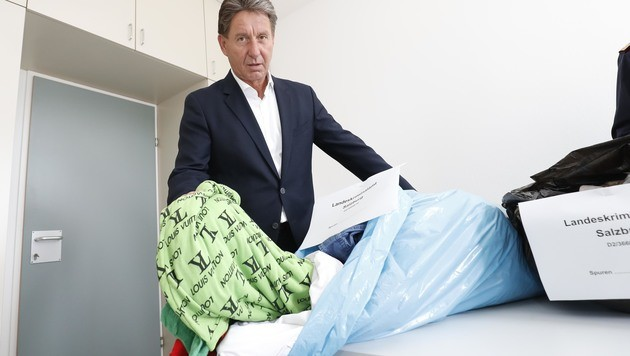 Karl-Heinz Pracher mit einem Teil der sichergestellten Kleidung. (Bild: MARKUS TSCHEPP)