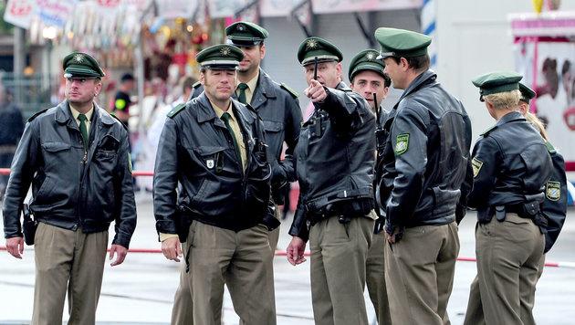 Polizisten am Oktoberfest in München (Bild: dpa/Marc MüŸller)