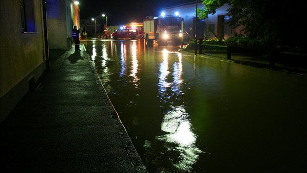 Überflutete Straßen in St. Pölten (Bild: APA/FF ST. P…LTEN)