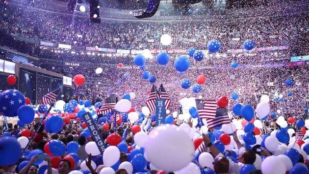 Die US-Demokraten inszenierten Hillary Clintons Nominierung mit Pomp. (Bild: APA/AFP/GETTY IMAGES/Jessica)