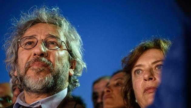 Can Dündar mit seiner Ehefrau Dilek (Bild: APA/AFP/OZAN KOSE)