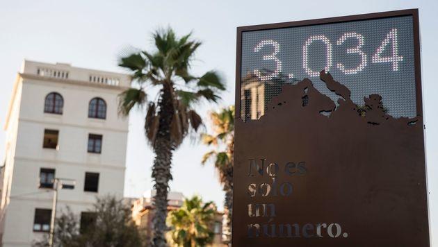 Barcelona: Anzeigetafel für ertrunkene Flüchtlinge (Bild: APA/AFP/JOSEP LAGO)