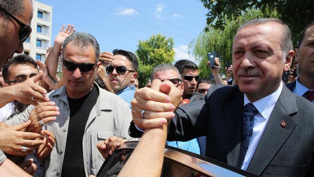 Offenbar interessieren Präsident Erdogan Klagen wegen Beleidigung seiner Person derzeit wenig. (Bild: ASSOCIATED PRESS)