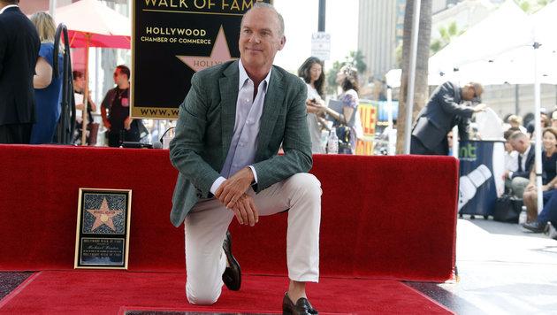 Michael Keaton (64) hat vor jubelnden Fans seine Sternenplakette in Hollywood enthüllt. (Bild: AP)