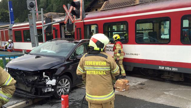Pkw gegen Zug geprallt: 7 teils schwer Verletzte (Bild: APA/FEUERWEHR MITTERSILL)