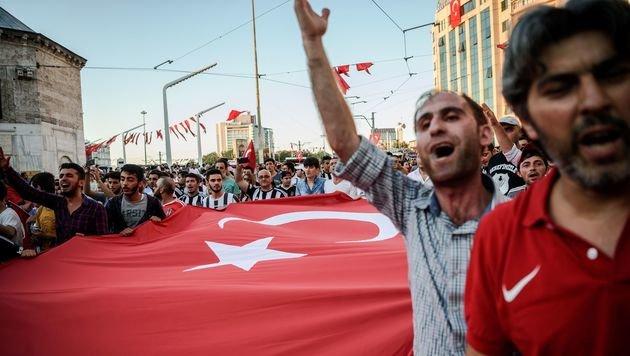 Pro-Erdogan-Demo in Istanbul (Bild: APA/AFP/OZAN KOSE)