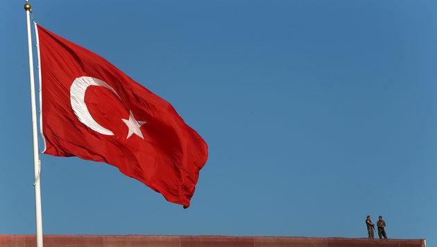 Wieder kritischer Journalist in Türkei verhaftet (Bild: ASSOCIATED PRESS)