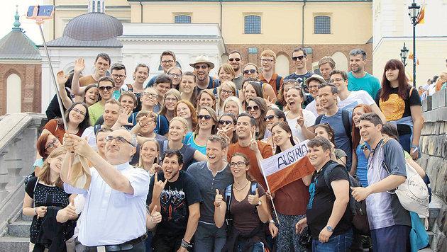 Momentaufnahme vom Weltjugendtag in Krakau: Bischof Krautwaschl mit Selfie-Stick vor Jugendlichen (Bild: Junge Kirche, Diözese Graz-Seckau)