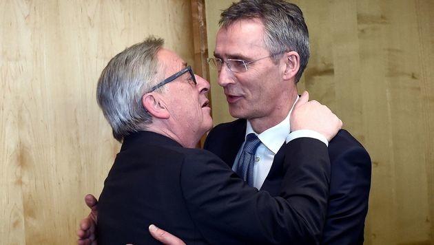 Küsschen für NATO-Generalsekretär Jens Stoltenberg (Bild: APA/AFP/EMMANUEL DUNAND)