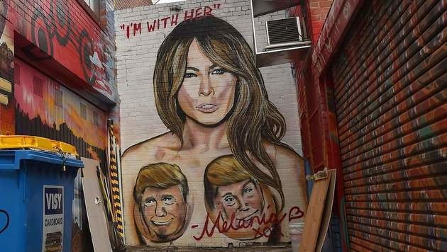 Das Pendant zum Hillary-Wandbild: Melania Trump mit Donald-Brüsten (Bild: APA/AFP/PAUL CROCK)