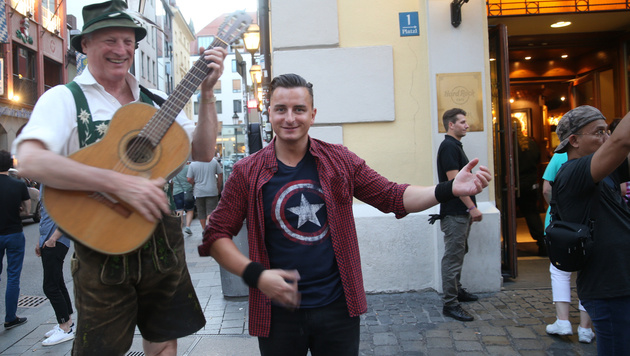 Er singt a Liad für ihn: Gabalier scherzte herzlich mit dem Gitarre spielenden Musiker. (Bild: Sepp Pail)