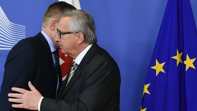 Der slowakische Premierminister Robert Fico wurde zwar nicht gebusselt, aber gekuschelt. (Bild: APA/AFP/JOHN THYS)