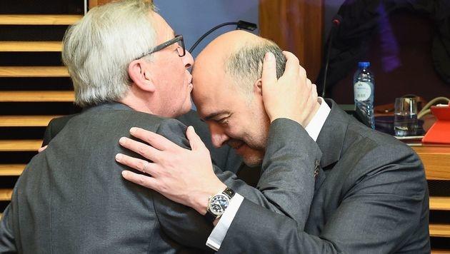 Ein Bussi für EU-Kommissar Pierre Moscovici (Bild: APA/AFP/JOHN THYS)