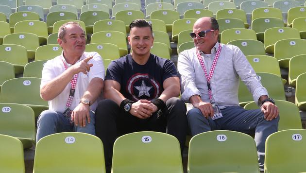 Der Musiker mit seinen beiden Weggefährten, den Managern Sepp Adlmann (li.) und Klaus Bartelmuss (Bild: Sepp Pail)