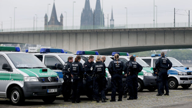 """Allahu Akbar""-Rufe bei Türken-Demo in Köln (Bild: APA/dpa/Oliver Berg)"