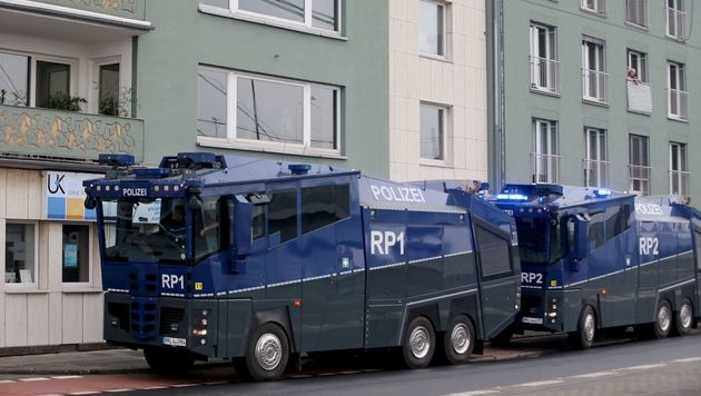 """Allahu Akbar""-Rufe bei Türken-Demo in Köln (Bild: APA/AFP/DPA/OLIVER BERG)"