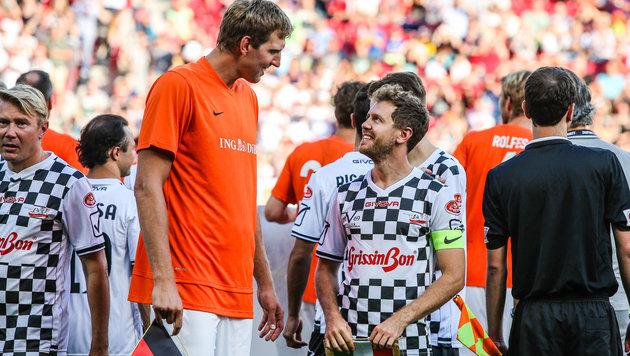 Nowitzki (orange) und Vettel bei einem Benefiz-Spiel zu Ehren von Schumacher (Bild: GEPA)