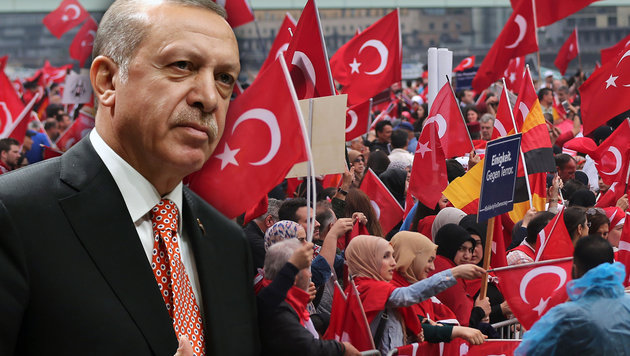 Erdogan-Anh�nger in K�ln (Bild: AP, APA/AFP/dpa/OLIVER BERG)