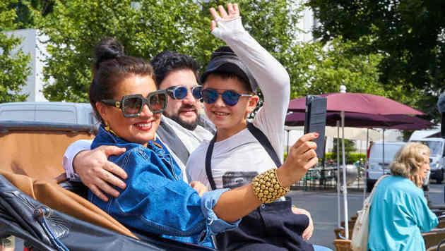 Anna Netrebko mit Sohn Tiago und Gatte Yusif Eyvazov (Bild: Starpix/Alexander Tuma)