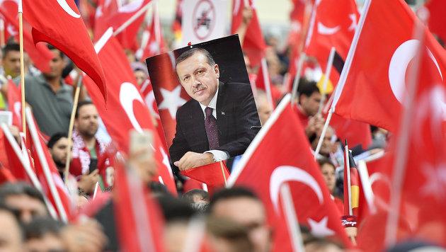 Zehntausende Erdogan-Anh�nger feierten in K�ln den t�rkischen Pr�sidenten. (Bild: ASSOCIATED PRESS)