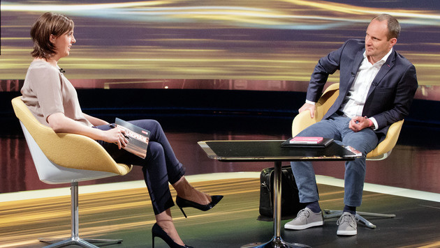NEOS-Chef Matthias Strolz und Moderatorin Susanne Schnabl (links) (Bild: APA/GEORG HOCHMUTH)