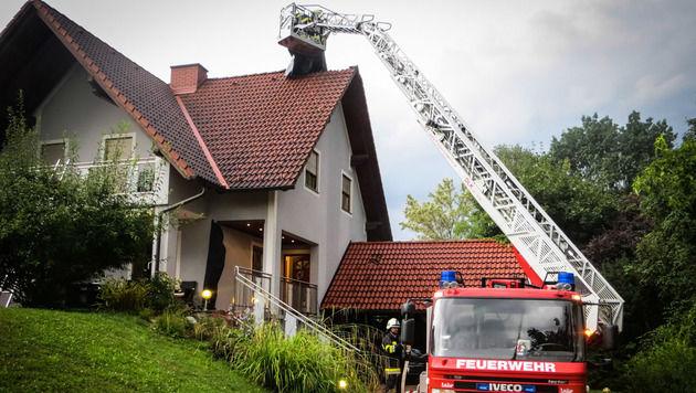 In Nestelbach geriet ein Dachstuhl nach einem Blitzeinschlag in Brand. (Bild: FF Nestelbach)