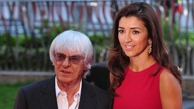Bernie Ecclestone und Ehefrau Fabiana Flosi sind beruhigt, Fabianas Mutter ist wieder in Sicherheit. (Bild: APA/AFP/CARL COURT)