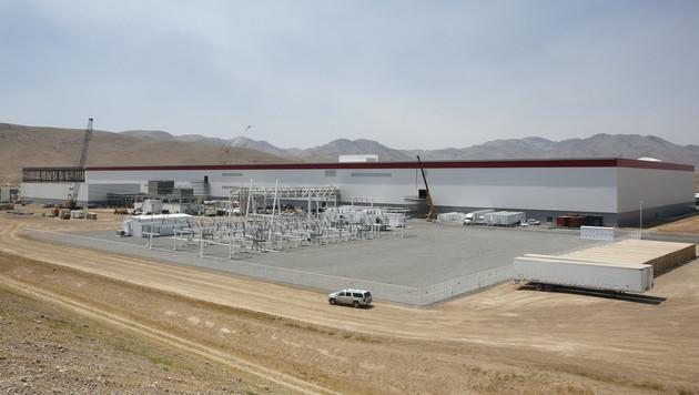 Tesla will auch in Europa Batteriefabriken bauen (Bild: AP)