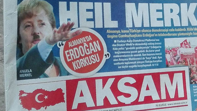 Aksam zeigt Merkel in Hitler-Pose (Bild: twitter.com)