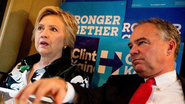 Hillary Clinton und ihr Vizepräsidentschaftskandidat Tim Kaine im Kampagnen-Bus der Demokraten (Bild: ASSOCIATED PRESS)