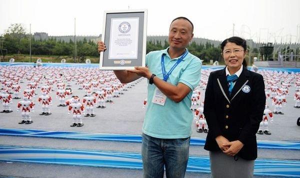 1007 Roboter tanzen sich in China zum Weltrekord (Bild: Xinhua)