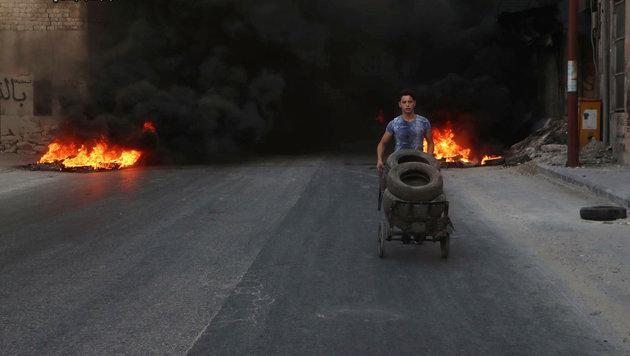 Syrien: Hubschrauber wirft Behälter mit Giftgas ab (Bild: AP)