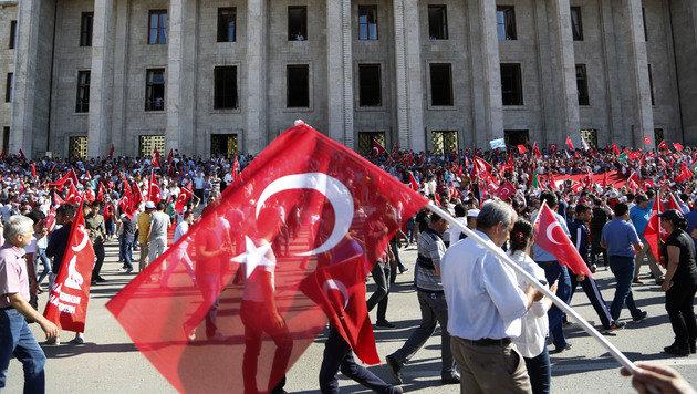 Sie stehen zu ihrer F�hrung in Ankara: Anh�nger von Recep Tayyip Erdogan (Bild: ASSOCIATED PRESS)