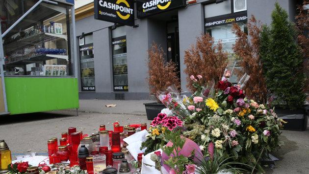 Blumen und Kerzen am Ort des Verbrechens (Bild: Zwefo)