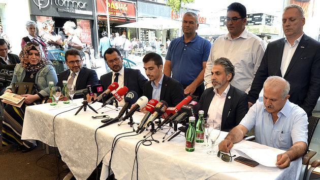 """Vertreter der """"Österreichisch-Türkischen Demokratie-Plattform"""" bei der Pressekonferenz (Bild: APA/HERBERT PFARRHOFER)"""