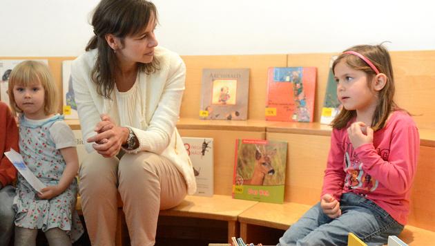 Familienministerin Sophie Karmasin beim Besuch eines Kindergartens (Bild: APA/HELMUT FOHRINGER)