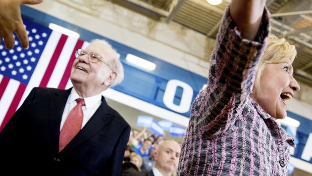 Warren Buffett und Hillary Clinton (Bild: AP)