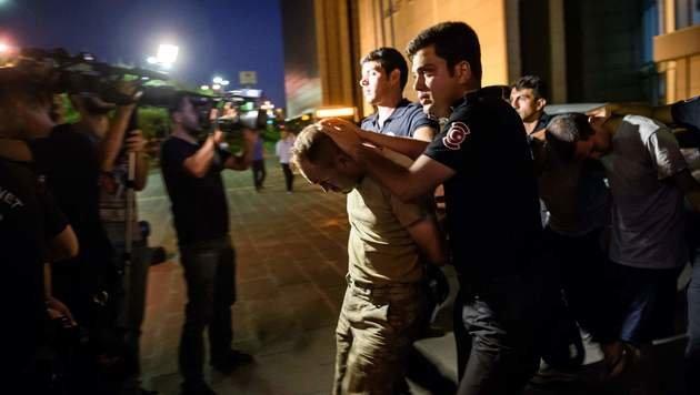 Verhaftete Putschisten spüren den Zorn des Staates und des Volks. (Bild: APA/AFP/OZAN KOSE)