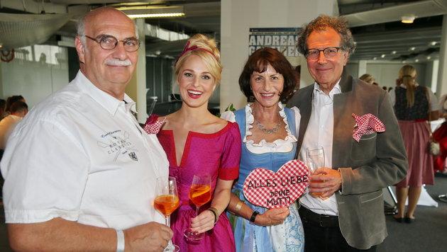Silvia Schneider mit Stiefpapa Leo, Huberta Gabalier mit Ehemann Gert Rücker (Bild: Sepp Pail)