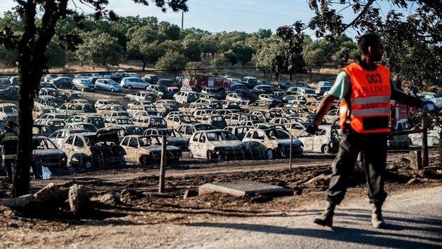 Von den geparkten Autos ist nicht viel �brig geblieben. (Bild: EPA)