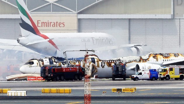 Der Emirates-Jet, nachdem die Flammen gelöscht wurden (Bild: EPA/STR)