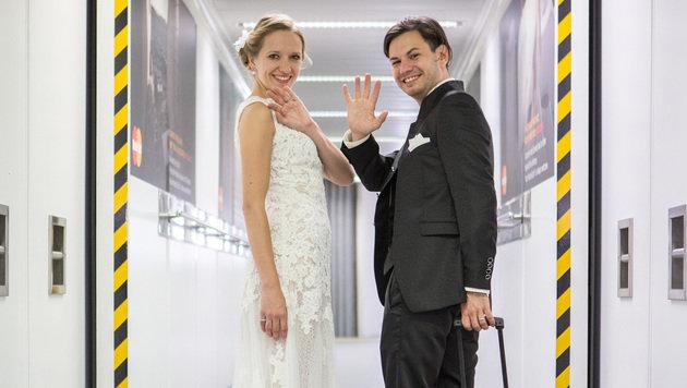 Nathaly und Jürgen nach ihrer Landung als frisch vermähltes Paar in Athen (Bild: Felipe Kolm/warda network)