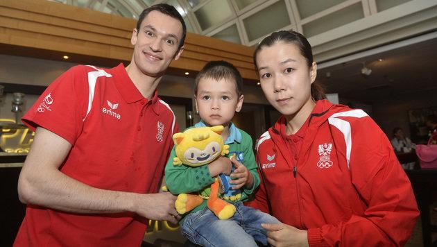 Stefan Fegerl, Li Qiangbing und der gemeinsame Sohn (Bild: APA/HERBERT PFARRHOFER)