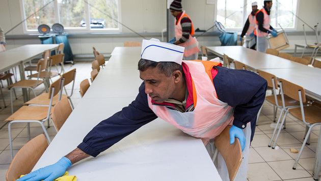 Mehr gemeinnützige Arbeit für Asylwerber (Bild: APA/dpa/Wolfram Kastl)