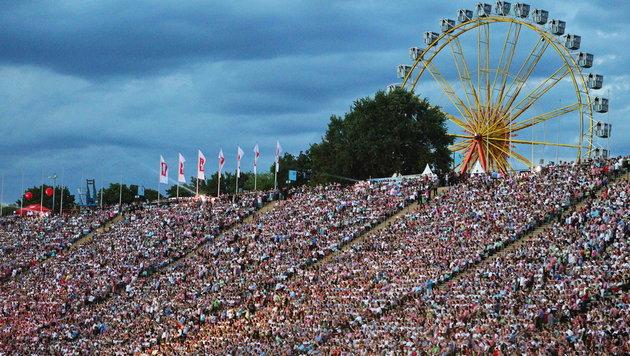 Unter dem 70.000 Fans herrscht Volksfeststimmung. (Bild: Sepp Pail)